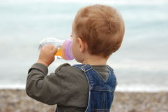 年轻男孩饮料水 免版税图库摄影