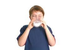 男孩饮用奶 免版税库存图片