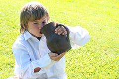 男孩饮用的投手 免版税库存照片