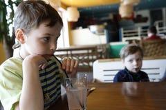 男孩饮用的汁液 图库摄影