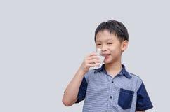 男孩饮用水 免版税库存图片