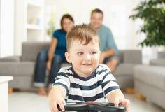 男孩驾车少许玩具 免版税库存照片