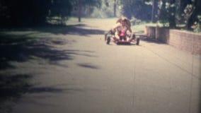1958 - 男孩驾驶靠气体发动去Kart 股票录像