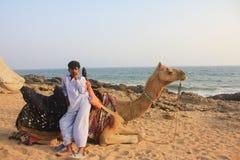 男孩骆驼海运 免版税库存图片