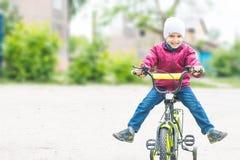 男孩骑自行车的4年 库存图片