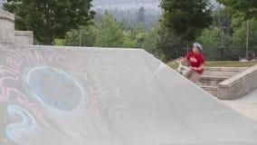 男孩骑马滑行车年轻人 股票录像