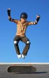 男孩高跳的滑板 免版税库存照片