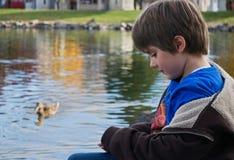 男孩鸭子池塘 库存照片