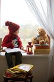 男孩,写信给圣诞老人 库存照片
