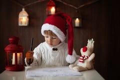 男孩,写给圣诞老人 库存照片