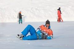 年轻男孩,在冻湖的一只冰鞋 库存图片