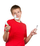 男孩,少年第一次设法有刮脸并且是混淆的 库存照片