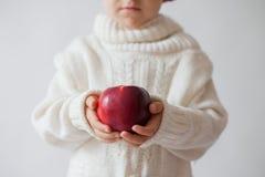 年轻男孩,拿着苹果 免版税库存照片