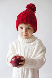 年轻男孩,拿着苹果 免版税库存图片