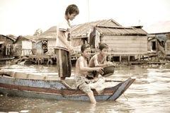 男孩,洞里萨湖,柬埔寨 免版税库存照片