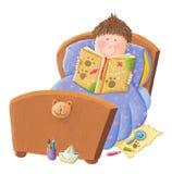 男孩读书床时间故事 免版税图库摄影