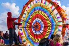 男孩&五颜六色的风筝,万圣节,危地马拉 库存照片