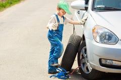 男孩更换轮子 库存图片