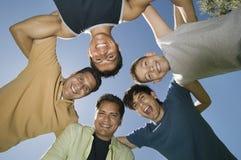 男孩(13-15)有兄弟和父亲的杂乱的一团视图的从下面。 库存图片