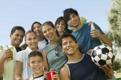 男孩(13-15)有在公园低角度视图的家庭的。 图库摄影