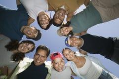 男孩(13-15)有朋友和家庭的在杂乱的一团视图从下面。 库存图片