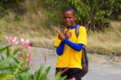 年轻男孩-本机在贝基亚岛,石榴汁糖浆,加勒比 图库摄影