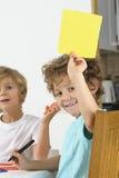男孩阻止空白的黄牌 免版税库存图片