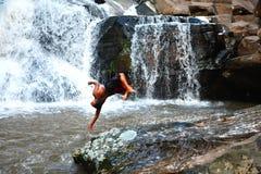 男孩滑稽的瀑布 免版税图库摄影