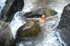 男孩滑稽的瀑布 库存照片