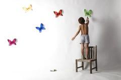 男孩蝴蝶纵向 免版税库存照片