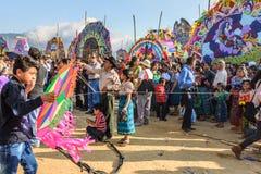 男孩&访客巨型风筝节日的,万圣节, Guatemal 库存图片