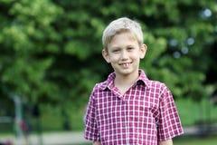男孩画象在公园 免版税库存照片