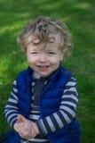 年轻男孩画象在庭院里 库存图片