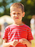 男孩画象室外在夏时 免版税库存图片