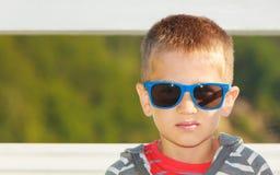 男孩画象室外在夏时 免版税库存照片