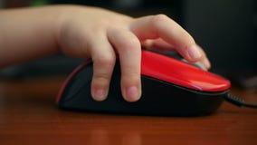 男孩` s手使用一个计算机老鼠特写镜头 股票视频