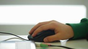 男孩` s手使用一个计算机老鼠特写镜头 股票录像