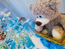 男孩` s生日、蓝色、生日男孩蓝色党与糖果礼物和杯形蛋糕 免版税库存照片