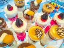 男孩` s生日、蓝色、生日男孩蓝色党与糖果礼物和杯形蛋糕 库存图片