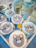 男孩` s生日、蓝色、生日男孩蓝色党与糖果礼物和杯形蛋糕 免版税库存图片
