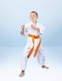 男孩karateka在机架空手道站立 库存图片