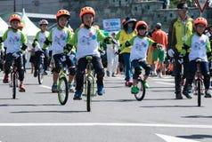 男孩monocycles天节日社论 库存图片