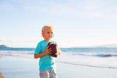 男孩Plaing抓住投掷的橄榄球 免版税图库摄影