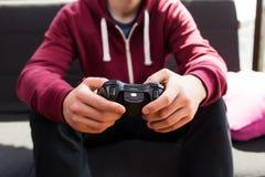 男孩plaing的电子游戏 图库摄影