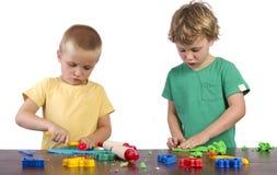 男孩playdough使用 图库摄影