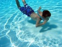 男孩snorkling水下 免版税库存照片