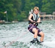 男孩wakeboarding的年轻人 免版税库存图片