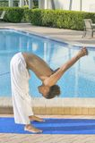 男实践的瑜伽年轻人 库存图片