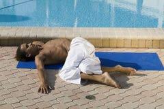 男实践的瑜伽年轻人 免版税库存照片