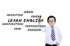 男小学生写英语材料 免版税库存图片